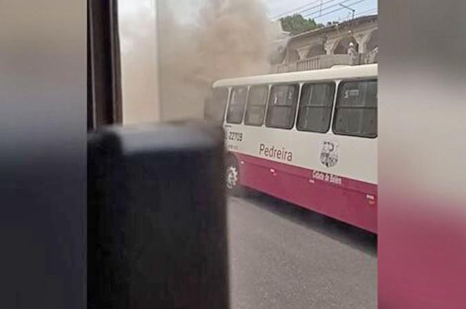 Vídeo: Ônibus urbano pega fogo neste sábado em Belém chamando atenção de moradores