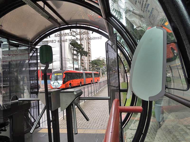 Curitiba: Urbs instala dispensers com álcool gel para passageiros nas estações-tubo