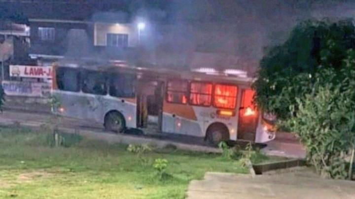 RJ: Tiroteio e ônibus incendiado deixa um homem morto em Nova Iguaçu – Vídeo