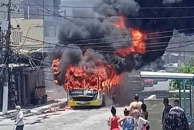 RJ: Ônibus da Viação Nilopolitana pega fogo em São João de Meriti nesta manhã – Vídeo