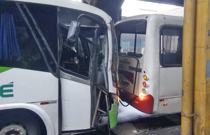 Rio: Colisão entre dois ônibus deixa o trânsito lento em São Cristóvão nesta segunda-feira