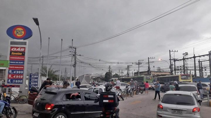 Vídeo: Arrastão deixa trânsito lento no viaduto de Gramacho em Duque de Caxias/RJ