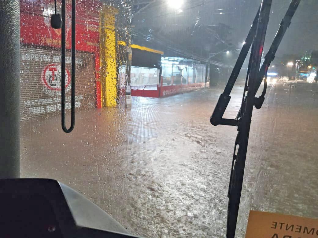 São Paulo: Chuva e alagamentos causa atrasos em linhas de ônibus no Campo Limpo