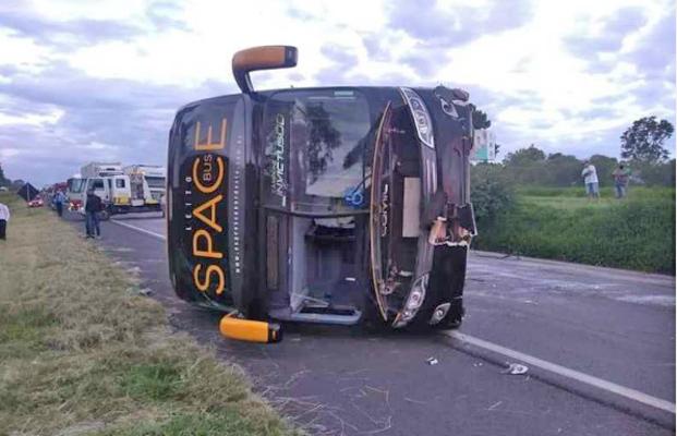 PR: Ônibus da Expresso Nordeste tomba na PR-151 em Carambeí e deixa 11 feridos