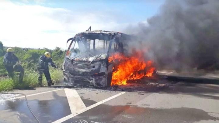 SP: Micro-ônibus acaba destruído por incêndio em Nova Odessa