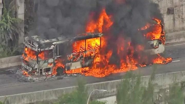 Rio: Ônibus da Real Auto Ônibus pega fogo no Elevado do Joá