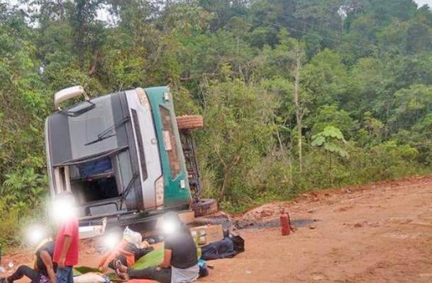 AM: Ônibus tomba na BR-319 na região conhecida como trecho do meio