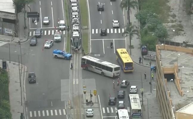 Rio: Acidente entre dois ônibus deixou trânsito complicado na Zona Portuária