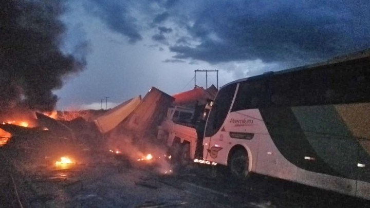 MG: Colisão entre caminhões e ônibus da Gontijo deixa um morto na BR-122, em Janaúba