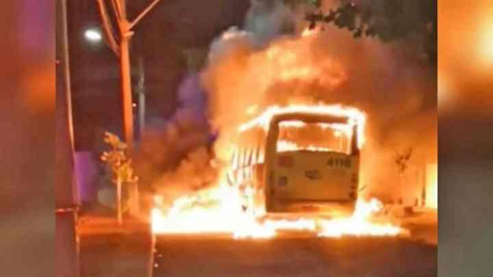 Vídeo: Mais um coletivo é incendiado em Londrina. Clima na região é tenso