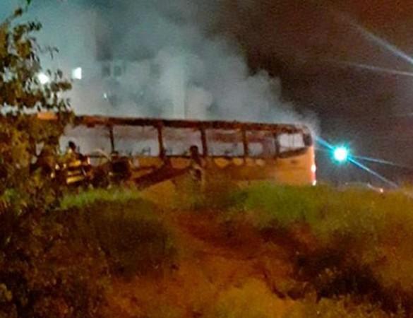 SP: Ônibus pega fogo em Bragança Paulista na noite deste domingo