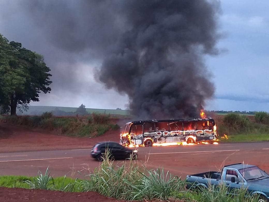 SP: Ônibus é completamente destruído pelo fogo em São Pedro do Turvo