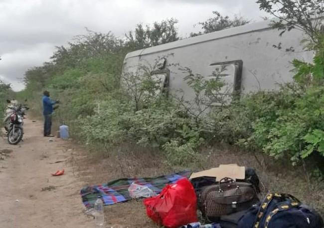 Ônibus tomba na BR-423 em Águas Belas no Agreste de Pernambuco
