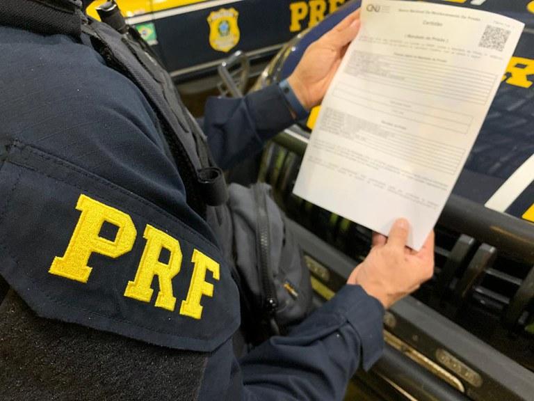 MT: PRF prende passageiro de ônibus que estava com mandado de prisão em aberto