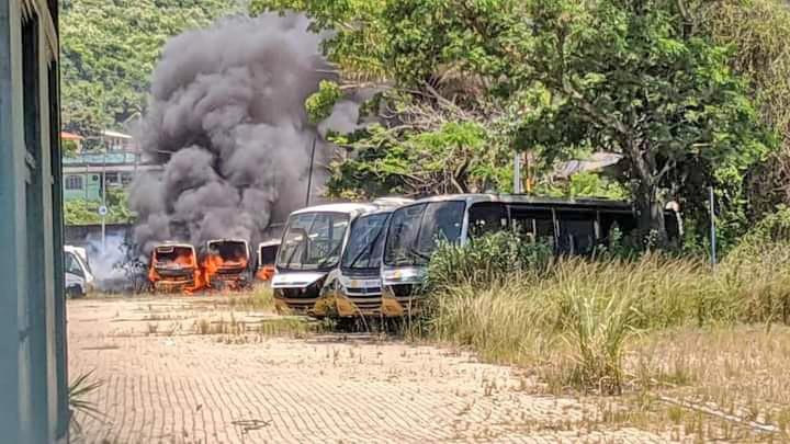 Rio: Incêndio atinge garagem de ônibus na Zona Oeste da cidade neste sábado