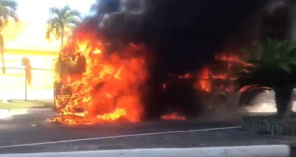 Vídeo: Ônibus pega fogo em Lauro de Freitas/BA nesta quinta-feira
