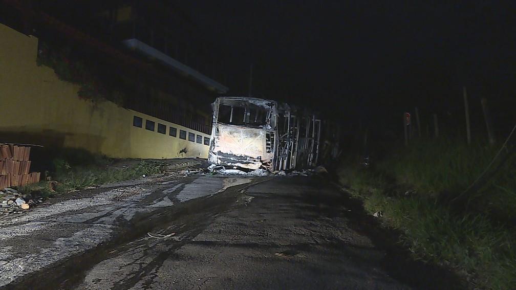 MG: Bandidos incendiam ônibus coletivo em Ribeirão das Neves na Região Metropolitana de BH