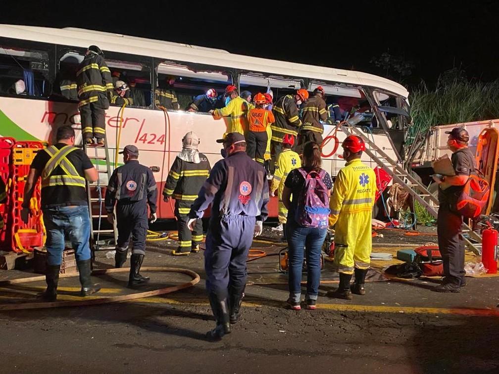 SP: Acidente com ônibus da Helios Coletivo deixa 7 mortos e 34 feridos na Rodovia Assis Chateaubriand SP-425 – Vídeo
