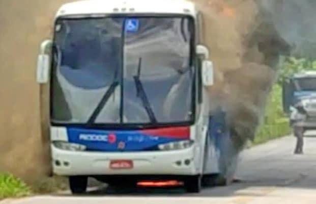 Vídeo: Ônibus da Viação Rio Doce pega fogo na rodovia MG-217, no interior de Minas Gerais