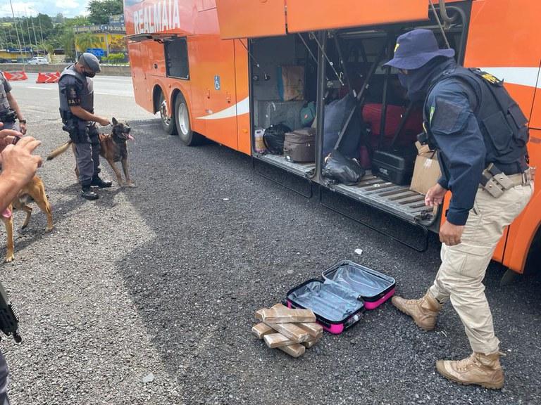 SP: PRF apreende passageira de ônibus com entorpecentes na Fernão Dias em Atibaia