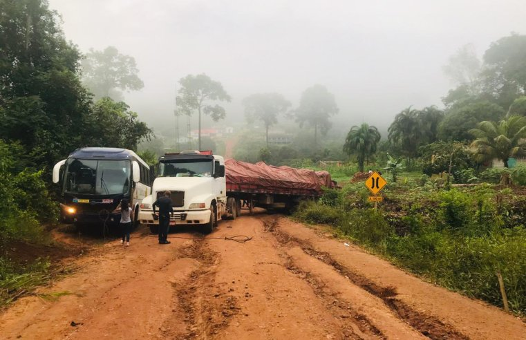 Amapá: Trecho sul da BR-156 é interrompido após carreta e ônibus ficarem presos em atoleiro – Vídeo