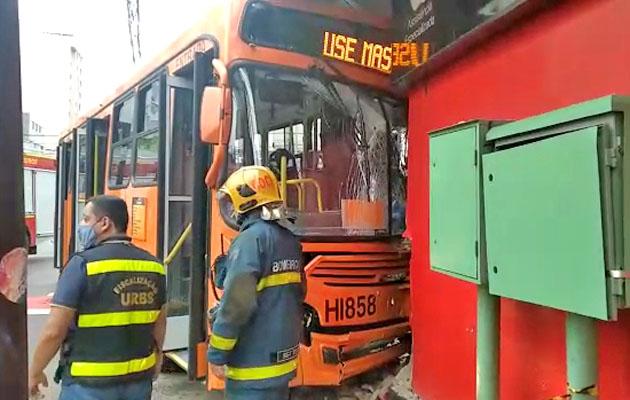 Vídeo: Acidente com ônibus deixa quatro pessoas feridas no Centro de Curitiba