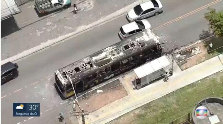 São Paulo: Ônibus fica destruído por incêndio na Zona Leste nesta segunda-feira – Vídeo