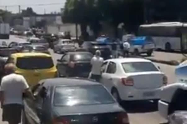 Avenida Brasil é bloqueada devido arrastão em Guadalupe na Zona Norte do Rio
