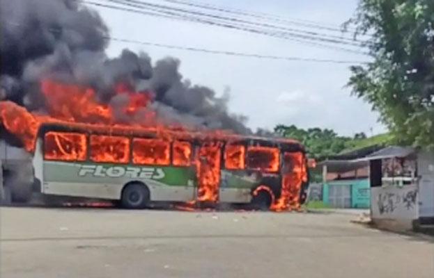 Vídeo: Criminosos incendiam ônibus da Transportes Flores na Baixada Fluminense