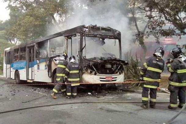 SP: Ônibus acaba destruído por incêndio em Santo André nesta segunda-feira – Vídeo