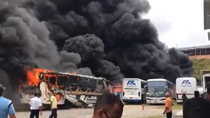 Vídeo: Incêndio atinge garagem da Falcão Real em Salvador neste sábado