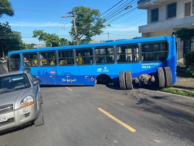 Belo Horizonte: Ônibus da linha 9411 perde o eixo na região da Pampulha