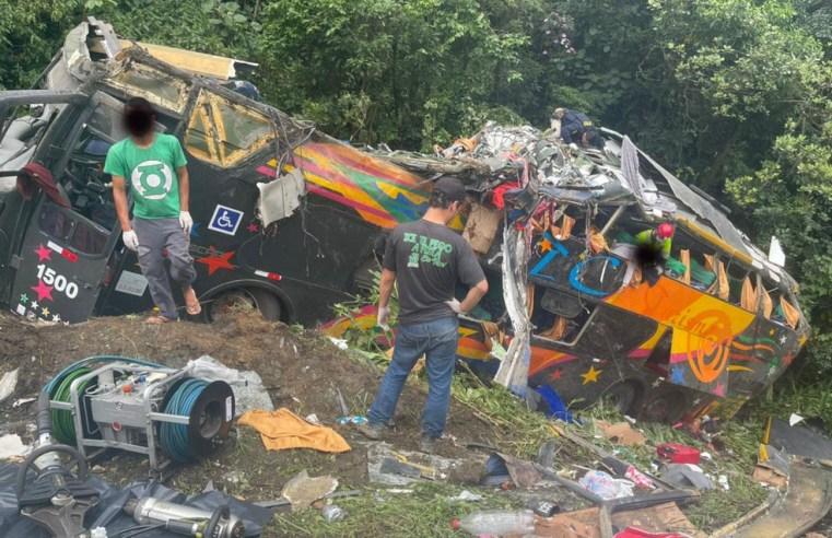 PR: Acidente com ônibus DD deixa 18 morto e 20 feridos na BR-376 em Guaratuba