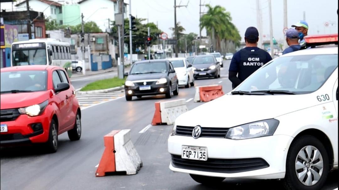 Carnaval: Barreira sanitária bloqueia 13 vans e ônibus de turismo na entrada de Santos