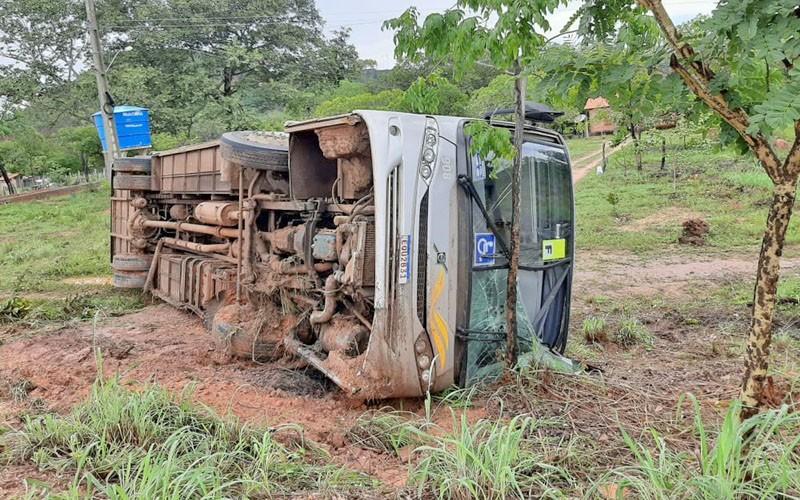 PI: Ônibus rodoviário tomba na BR-135 em Corrente com 41 pessoas a bordo