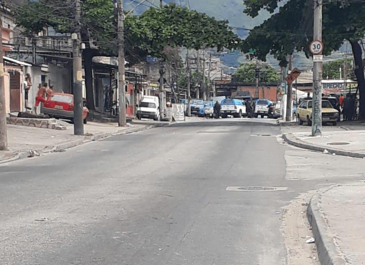 Rio: Tiroteio na Vila Aliança suspende a circulação de ônibus, um PM foi baleado – Vídeo