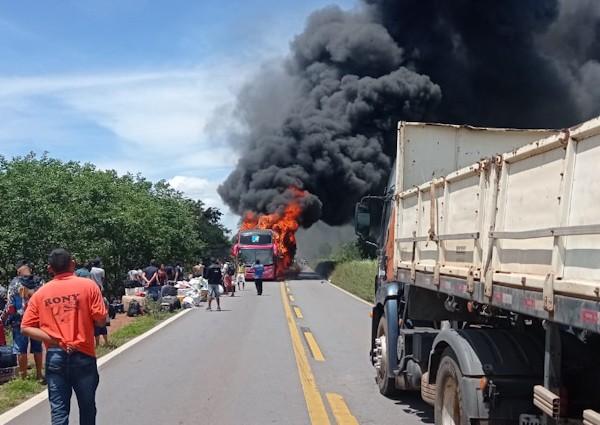 Vídeo: Ônibus rodoviário pega fogo na BR-135 em Riachão das Neves no interior da Bahia