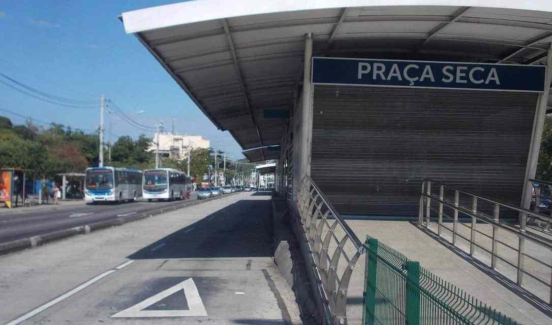 Rio: Passageiro acaba morrendo dentro da estação Praça Seca do BRT Transcarioca