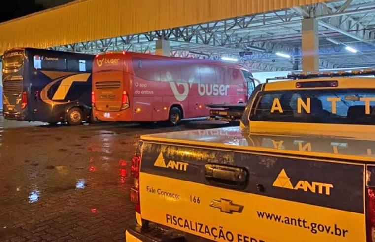 Vídeo: Fiscalização da ANTT apreende seis ônibus a serviço da Buser na BR-040, em Areal