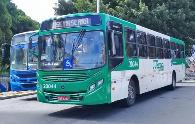 Bandidos assaltam passageiros de ônibus no bairro de Cajazeiras V, em Salvador