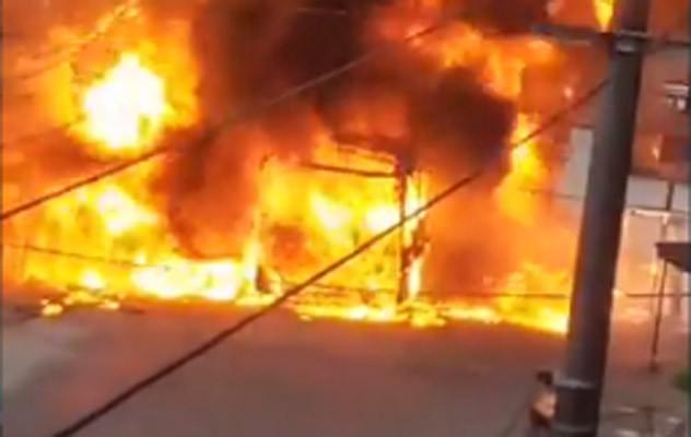 Vídeo: Ônibus da Flores é incendiado no Jardim Gláucia em Belford Roxo nesta tarde