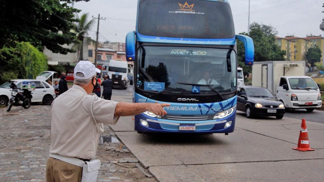 Rio: Começam os bloqueios para impedir que ônibus e vans fretados cheguem à cidade para o Carnaval