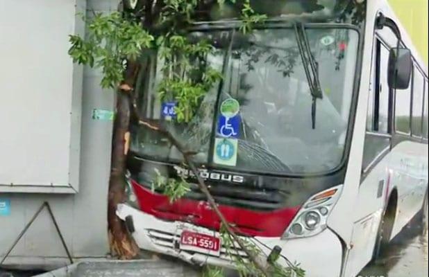 Vídeo: Ônibus invade calçada de mercado na Taquara e deixa 4 feridos na zona oeste do Rio