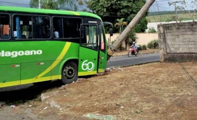 MG: Motorista passa mal e ônibus da Setelagoano bate em poste na cidade de Prudente de Morais