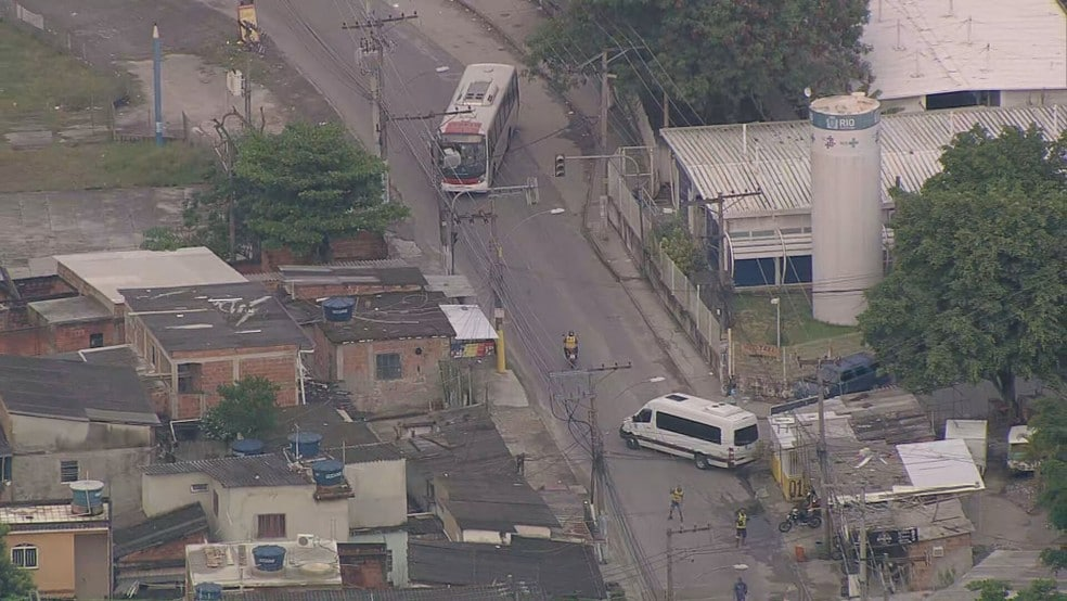 Rio: Bandidos usam ônibus como barricada durante operação policial em Senador Camará – Vídeo