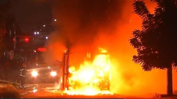 Ônibus é incendiado em Fortaleza após a morte de adolescente no bairro Maraponga