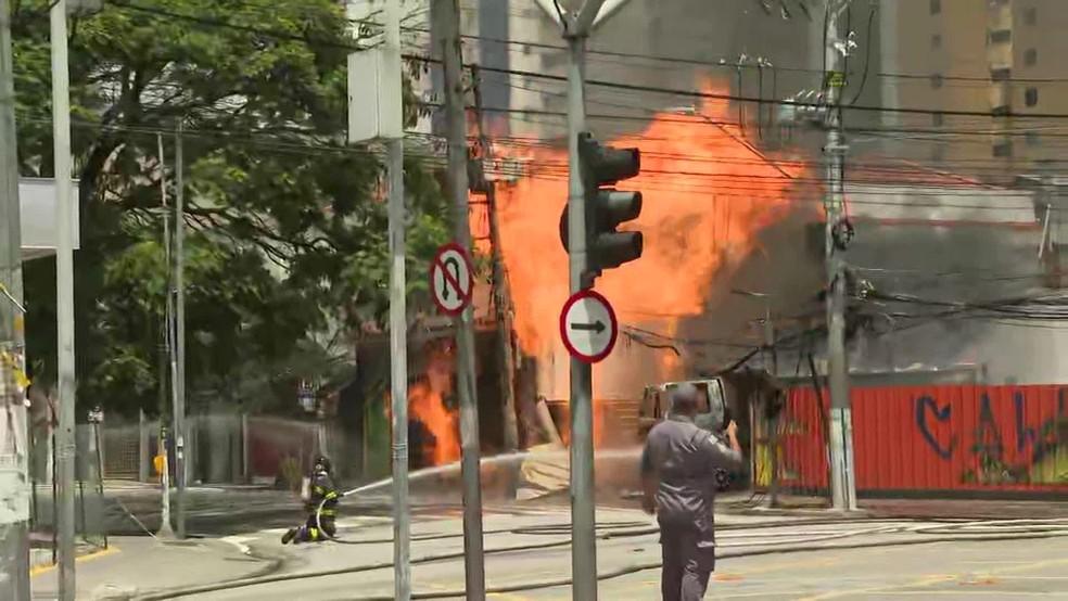 São Paulo: Incêndio em  imóvel e caminhão atrapalha o trânsito na Zona Sul da cidade