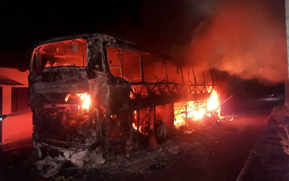 GO: Ônibus da Viação Estrela é destruído por incêndio em Nova Aurora