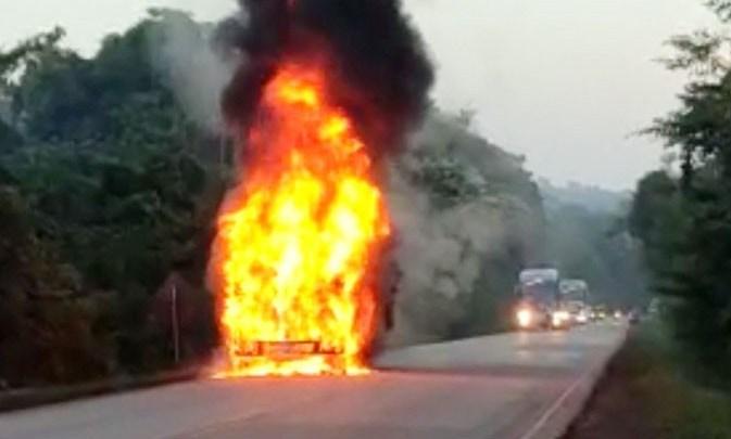 PA: Micro-ônibus acaba destruído durante incêndio na PA-275