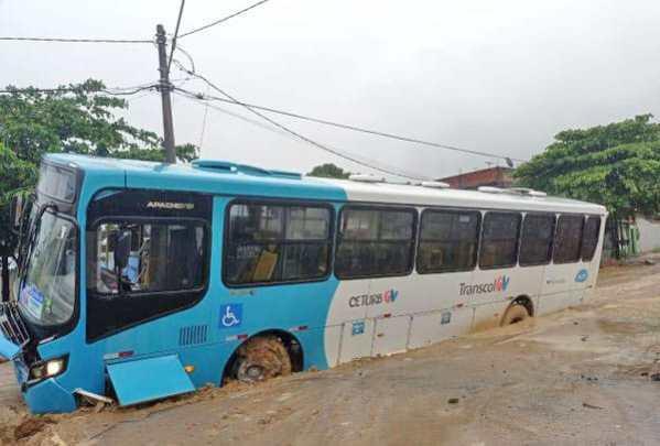 ES: Ônibus do Transcol acabam atolando na Praia de Carapebus na Serra